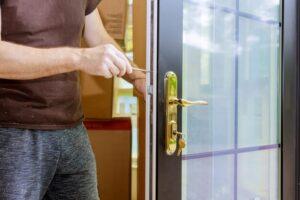 Comment installer une poignée de porte blindée ?